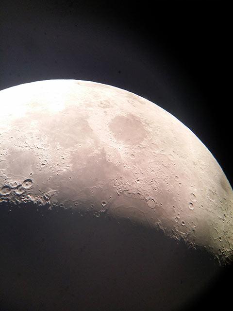 Der Mond mit der Kamera eines Note 3 Handy aufgenommen.