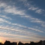 Wolkenstreifen am Morgenhimmel.